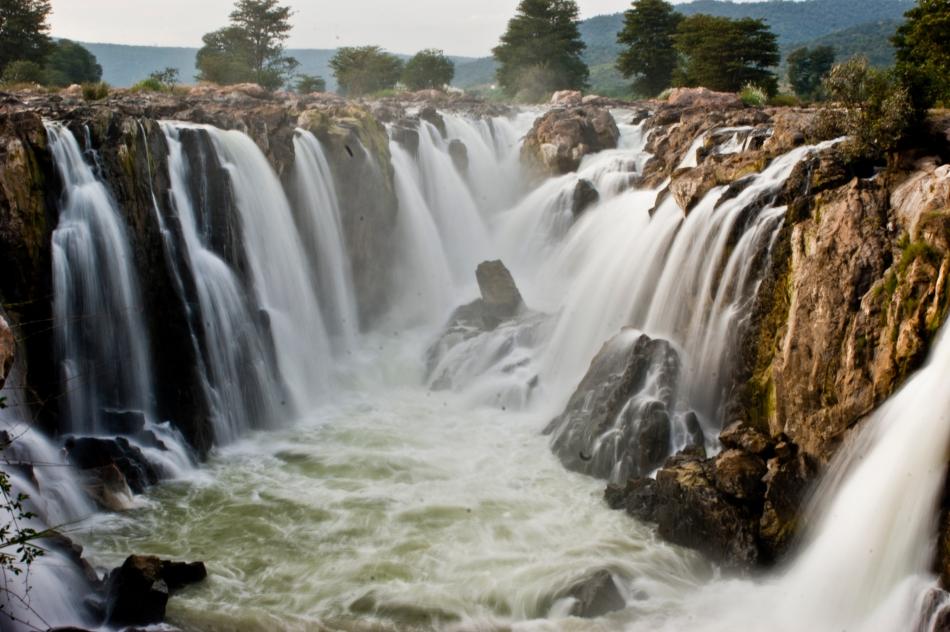 Hogenakkal_Falls_Tamil_Nadu.jpg