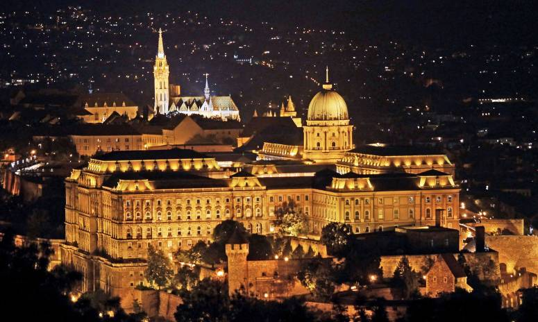 Buda_Castle_with_Matthias_Church_(Ariel,night)-min
