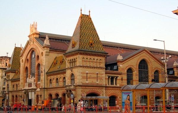 Budapest-vasarcsarnok-aussen-min